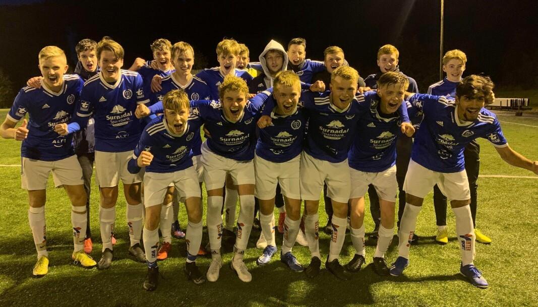 Lagbilde Surnadal G19 etter 8-0-seieren over Averøykameratene i nest siste serierunde.