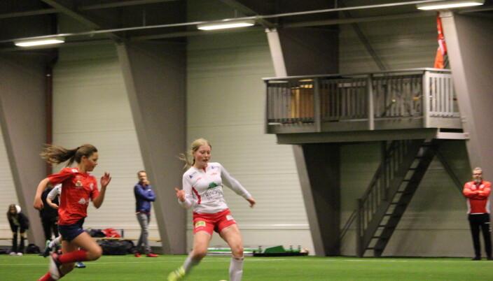 Jessica Landsem-Røen har kontroll på skuddfoten og øker ledelsen til 4-2 og blir dermed 3-målsscorer i denne kampen.