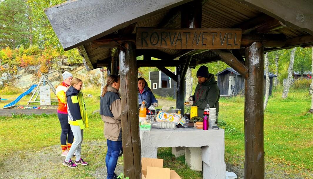 Nils Ivar Grøset, ledar i Rindal Utmarklag, serverte pølser med brød