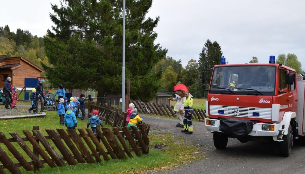 Barna har gledet seg til å få besøk av Bjørnis og brannbilen.