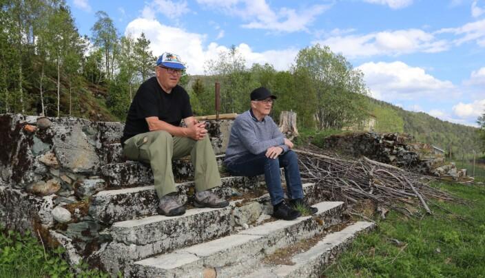 Arnfinn Negaard og Jon Lilleløkken tilbake på branntomta etter 68 år. Minnene etter denne brannen sitter godt i hukommelsen. Det var en sterk opplevelse for en 10-åring og sjå at husa til folk brant opp forteller Arnfinn Negaard
