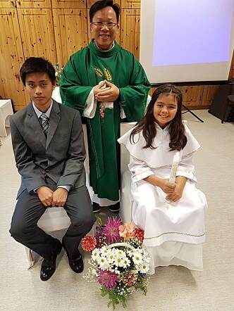 Konfirmant Myke og 1.communiant Mona med Fader Dominic