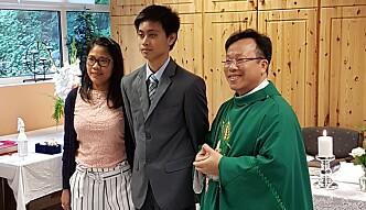 Katolsk konfirmant Myke med fadder og prest