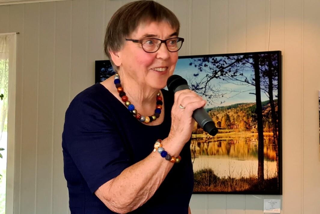 Leder i pensjonistlaget, Helene Marie Nergård, takka Løset og Mauset for dei gode innlegga og overrakte blomster