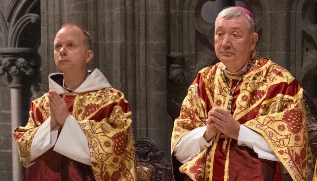 Biskop Erik Varden (t.v.) blir lørdag vigslet til biskop for Trøndelag katolske bispedømme. Til høyre Oslo-biskop Bernt I. Eidsvig (Pressefoto)