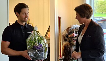 Arnhild Foseide Fagerholt overrakte blomster frå Rindal Sparebank