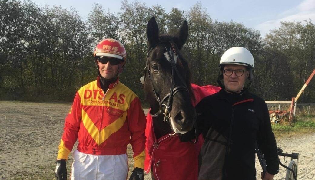 Kusk Per Einar Sørmo og eier Trond Løfaldli kunne smile bredt etter seier på Orkdal travpark