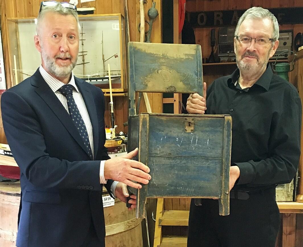 Som «takk for dagen» donerte Magnar Sigbjørn denne kistestolen etter husmann og Holstein-soldat i 1763, Via («Vida») Jonson, til sjøbruksmuseet. Leiar Bernt Bøe tok imot klenodiet.