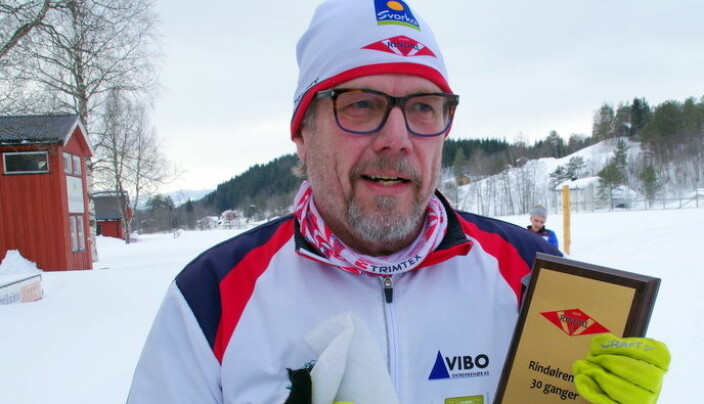 Oddbjørn med plakett etter å ha gått Rindølrennet 30 ganger.