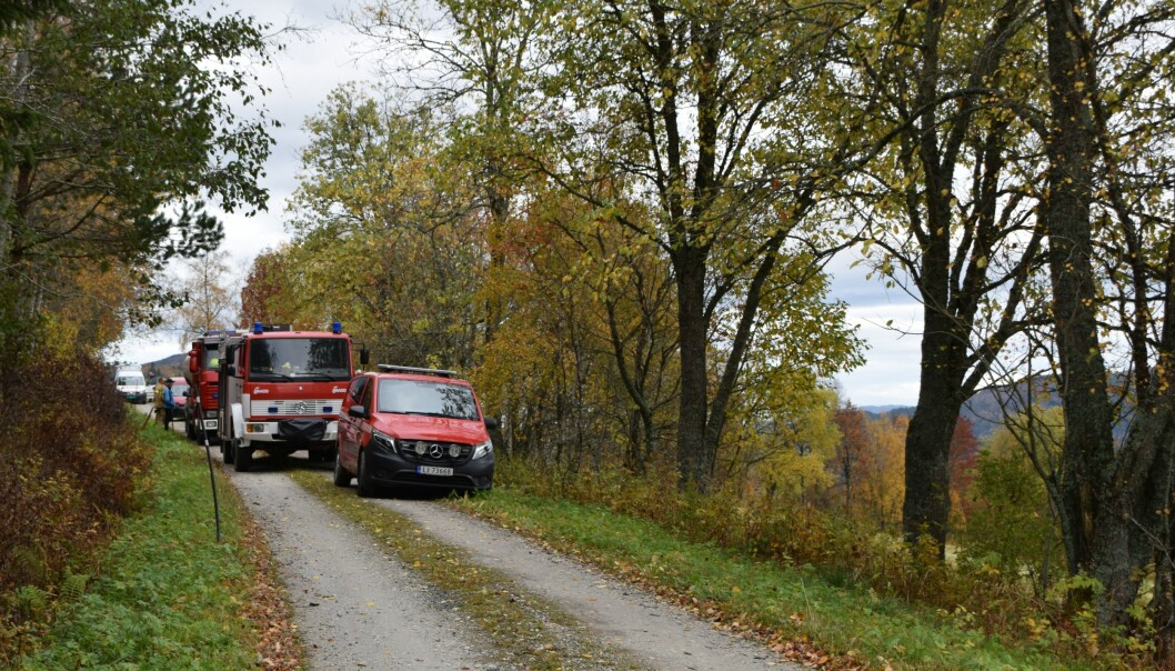 Brannbilene ble parkert på Tisetvegen