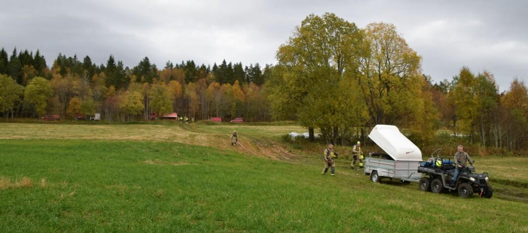 Brannvesenet fikk hjelp av Torgrim Furuhaug til å legge ut slangen fra brannbilen på Tisetvegen.