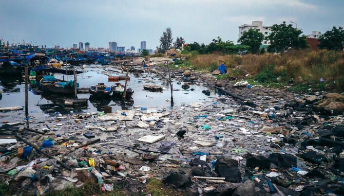 Illustrasjon: Store mengder forurensing og søppel omkranser fiskebåtene.