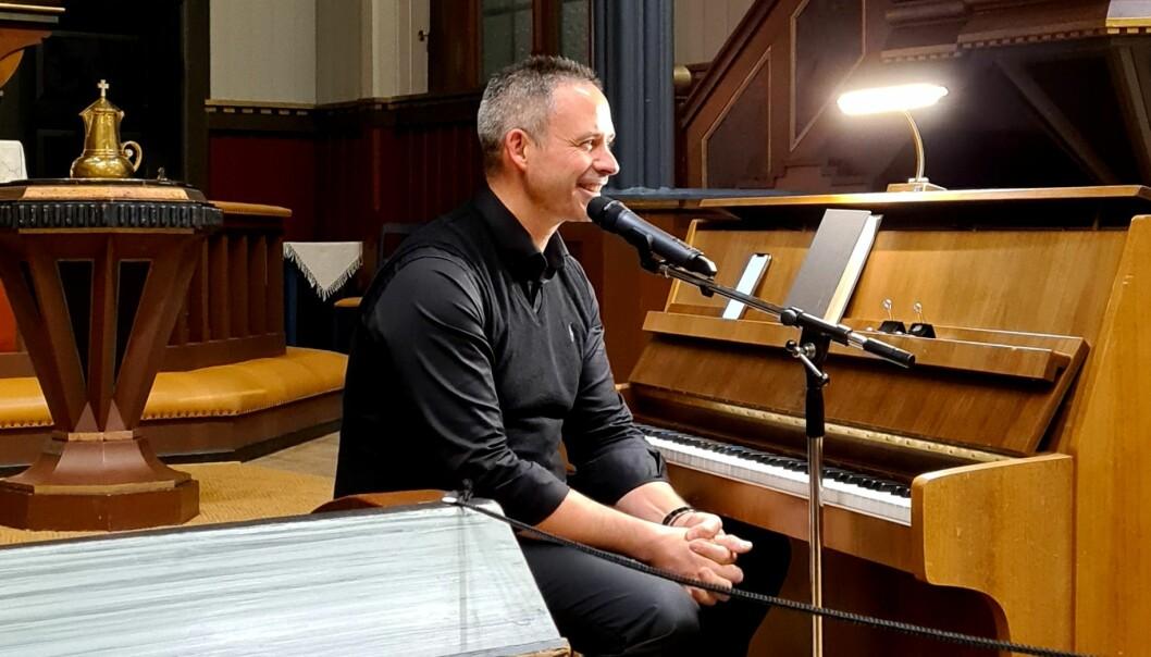 Bjørn Vevang likar seg framleis ved pianoet
