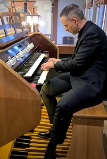 Bjørn Vevang ved orgelet i Rindal kirke