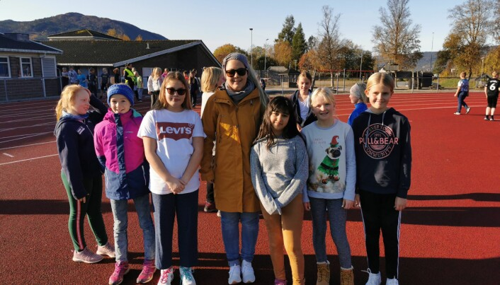 Fra venstre Anna Lila Mauset, Ida Zwick, Sunniva Haltli, lærer Kristin Heggset Tellesbø, Natali Suleiman, Fride Aakvik og Ane Holter