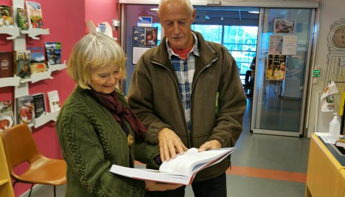Anne og Brage Einum har akkurat fått bygdeboka i hende