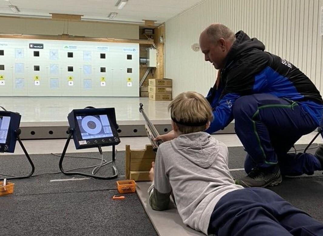 Instruktør Trond Gullik Mikkelsen hjelper til både før, under og etter skyting.