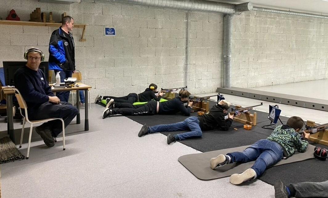 Standplassleder Axel og medhjelper Hans Christian Hårstad som har orden på skuddene. Hver skytter skal nå sende av gårde 35 skudd, forhåpentlig med maks uttelling.