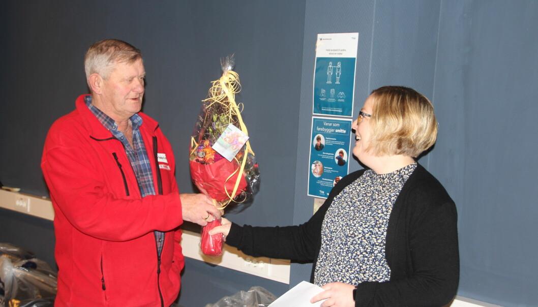 Reidar Brøske deler ut blomster til Hilde Staveli Solli i forbindelse med gjenåpning av frivilligsentral og ungdomsklubb.