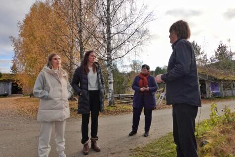 Annika Honggard og Kjersti Sofie Greger fra Trøndelag Reiseliv og ordfører Vibeke Langli lytter til hva Morten Gåsvand har å fortelle om bygningsmassen på Saga Trollheimen Hotel.