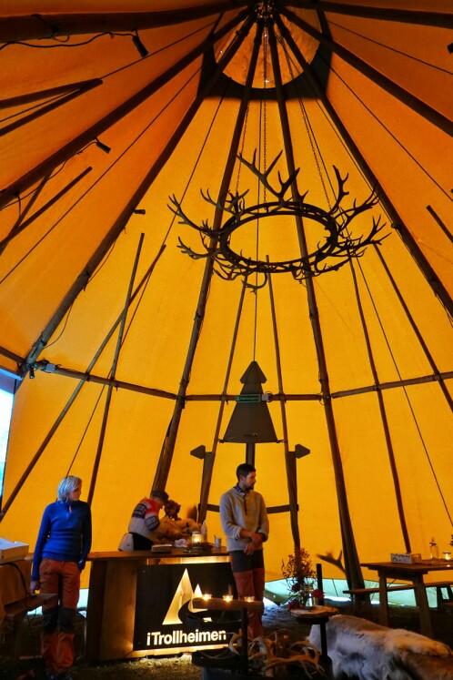<p>Britt Grete Moen forbereder mat. Åse Børset og Gøran Bolme presenterer iTrollheimen og Trollheimstunet.<br></p><p><br></p>