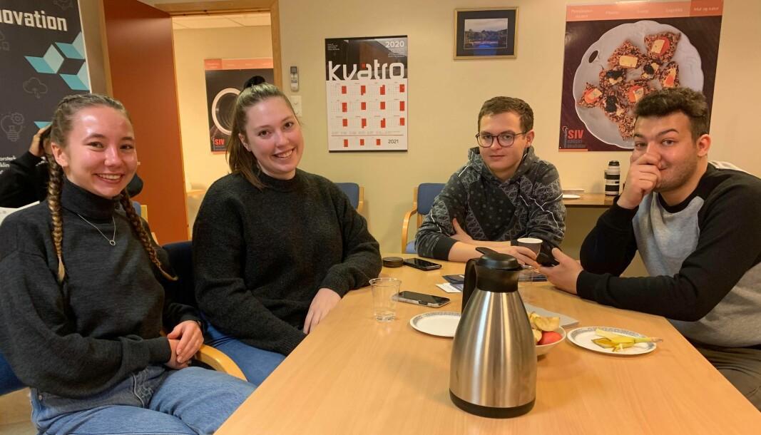 Linnea Listrøm (f.v.), Frida Hansen, Marius Rossi og Raja Yagohb var fornøyde med besøket hos Innveno onsdag.