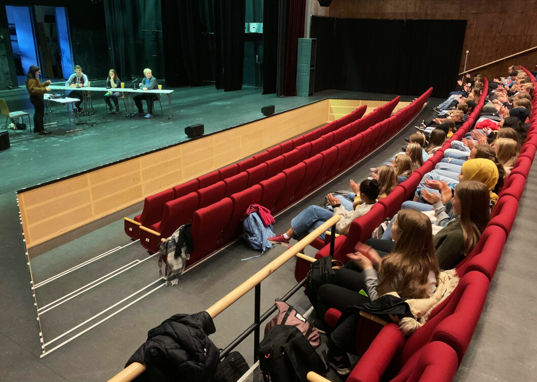 Heile 10. klasse ved Surnadal ungdomsskule var samla i Storstuå for å heie fram klassekameratane.