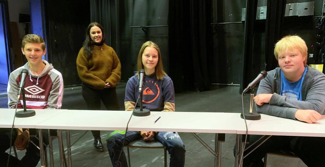 Martin Kvande-Talgø, Jannicke Valstad Stenberg og Arne Berg klare for quiz, med avstand i henhald til smittevernreglane. Programleiar Solveig Nyhus Aksnes bak.