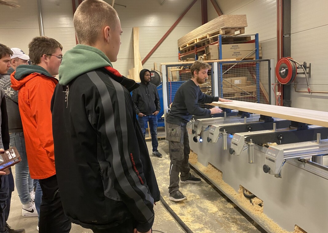 Roger Gjengedal hos Bergmoen Snekkerverksted viser elever på vg1 teknologi-og industrifag ved Surnadal vidaregåande skole hvordan bedriften bruker tegneprogram og CNC-fres i produksjon av trapper.