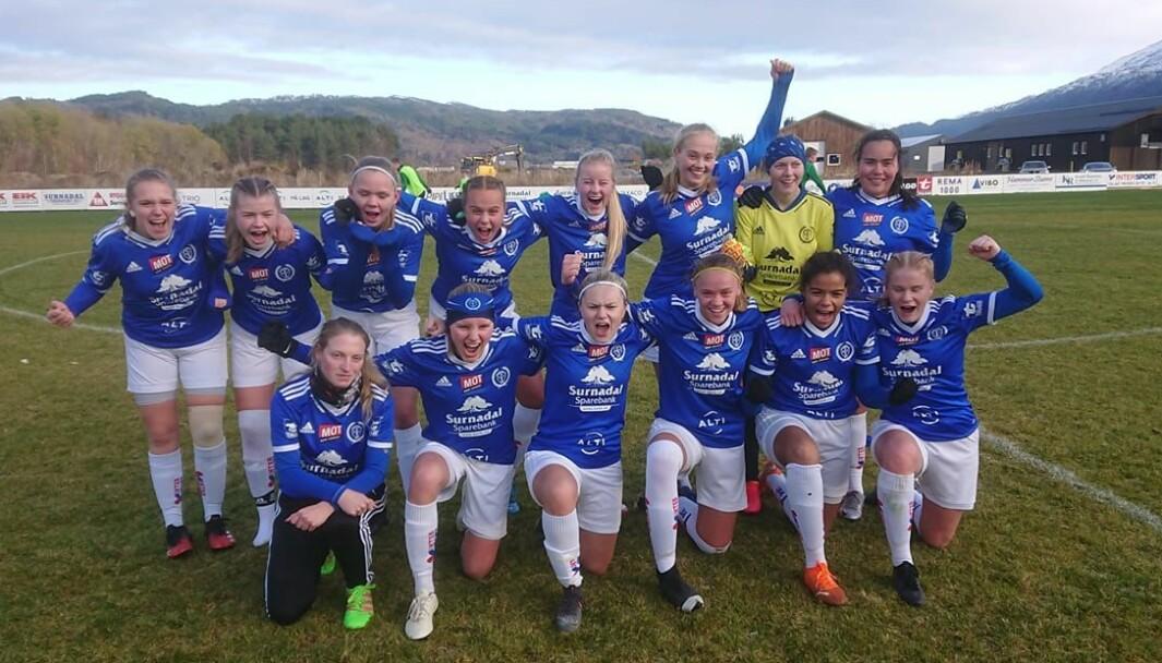 Surnadal/Søya/Todalen J19 jubler over seier i årets siste kamp