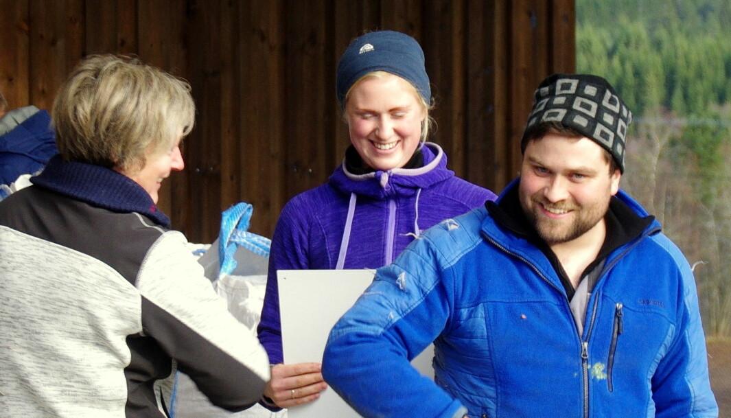 Bente Rikstad tek imot koronatakk frå Yngve for plakaten som Maren og han mottok frå det lokale produsentlaget til Tine.