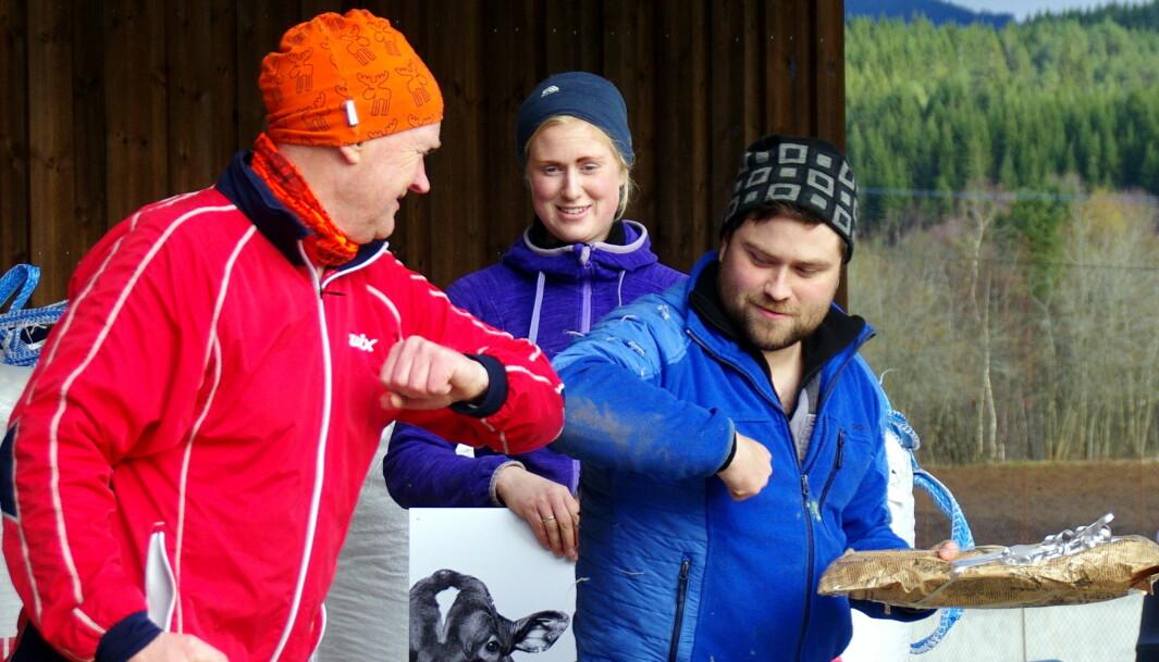 Landbrukssjefen i Rindal, Bjarne Lund, var også tilstades og overrakte vertskapet ein fin gave frå Rindal kommune.