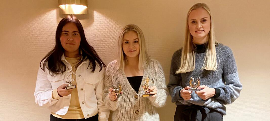 Assistdronning Agnes Vikavoll (f.v.), toppscorer og årets spiller Thea Holten og Årets SIL-dråk Alice Eide Naustbakk.