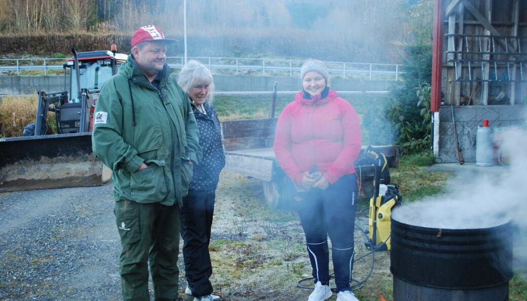 Koking av vatn til skolding av grisane. Ola Bakken, Laila Børset og Mathilde Eidnes Bakken.
