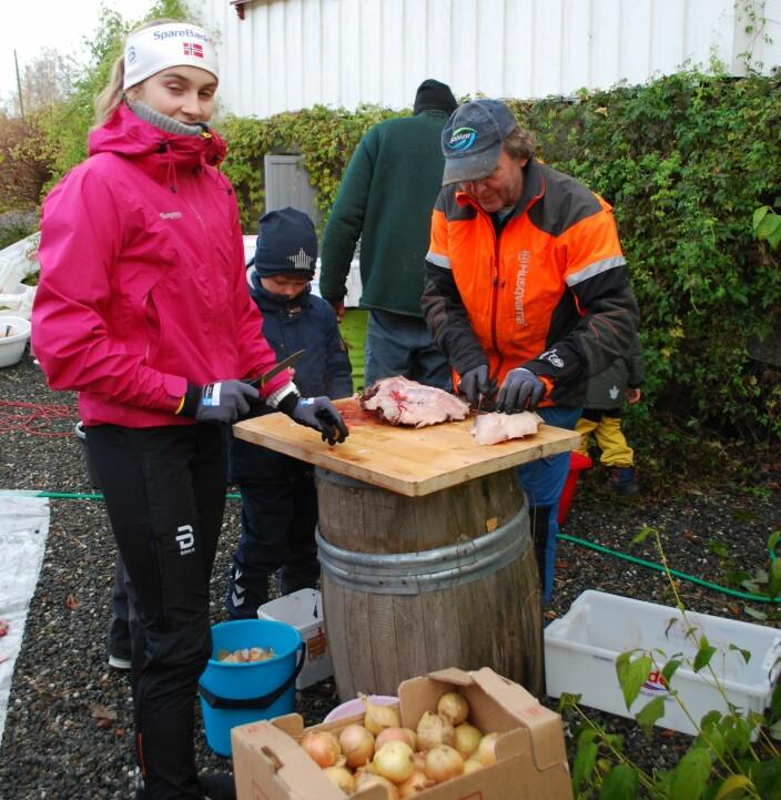 Mali Eidnes Bakken sto i ein og ein halv time og reinska lauk, lauken blir bruka til kjøttdeigen og leverposteien.