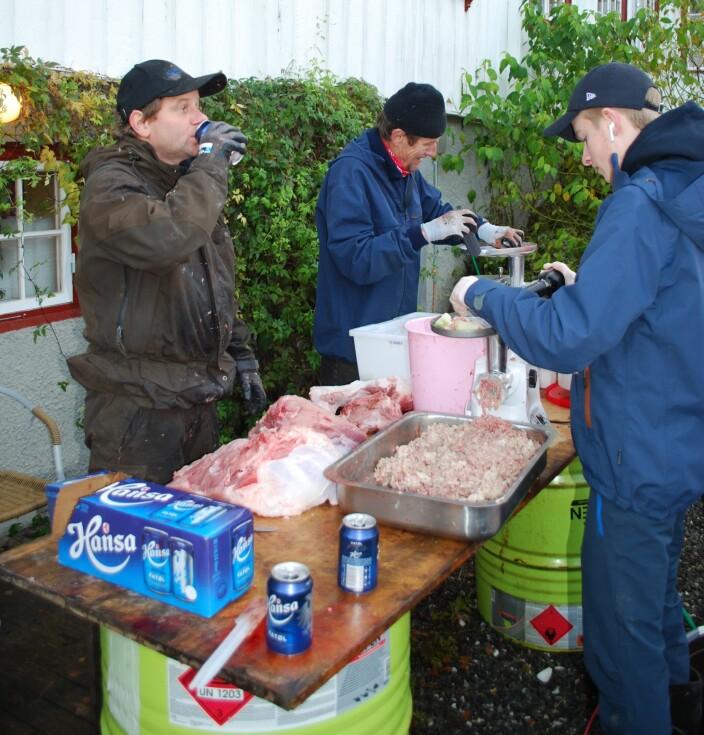 Nils Bakken, Ola Børset og Magnus Bakken lagar kjøttdeig av lauk, mjøl, egg, krydder, mjølk, sideflesket, bogen, diverse avskjær og hjartet. Ølet er ikkje ein kjøttdeigingrediens, noko Trollheimsportens utsendte trudde, men til hygge ved arbeidsbenken.