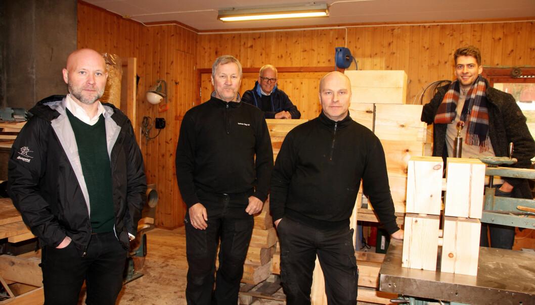 """Atle Norli (Surnadal Transport, f.v.), Georg Solem (Solem Sag), Magne Løfaldli (Innveno), Leif Magne Røen (Trollheimen barnekjelker og hagemøbler) og Olav Engelstad (Rewo). Foran til høyre ser vi produktet """"Kloss"""". Magnus Bøklep (Bøfjorden Sag) er også med i prosjektet, men var ikke til stede da bildet ble tatt."""