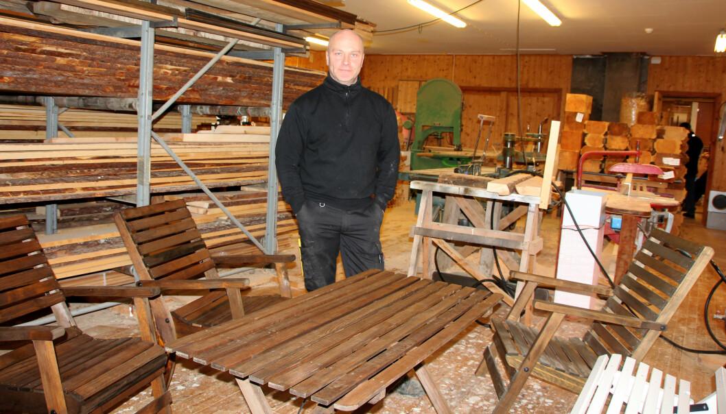 Leif Magne Røen viser fram hagemøbler, som sammen med barnekjelker er hovedgeskjeften til Trollheimen barnekjelker og hagemøbler.