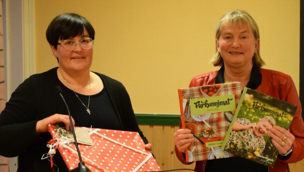 Ordfører Vibeke Langli overrakte gaver til Birgit Reisch, som takk for innsatsen i nesten sju år som rådmann.