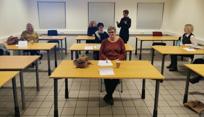 """Kursleder Ingun Skjølsvoll inviterte seks damer til å """"prøvekjøre"""" kurset, blant annet Randi Klevset Gjøra (til høyre), Ann Elisabet Holten Solem, Mette Sæter Ormset, Mona Rita Rønning og Siv Oddrun Husby. Stående: Ingunn Skjølsvoll"""
