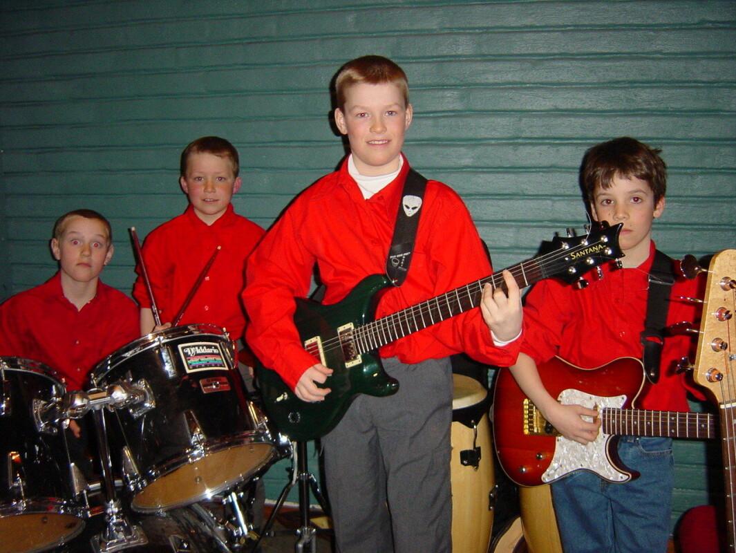Bandet RedBulls. Fra venstre Olaf Karlstrøm (slagverk), Olav Nergård Tørset (slagverk), Jo Sverre Sande (gitar og vokal) og Jon Andreas Nerbu Baalsrud (gitar). 20. mars 2002.