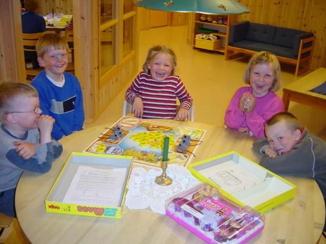 Munter gjeng med 5-6-åringer i Bolme barnehage. 25. april 2002.