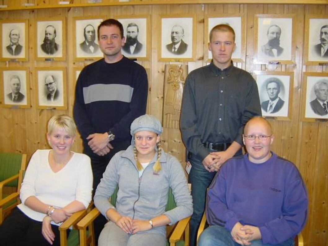 Rindal ungdomsråd, 26. september 2002. Foran f. v. Janne Solem, Elin Landsem og Bettina Røen Helgetun. Bak f. v. Ole Furuhaug og Ola Inge Svinsås.