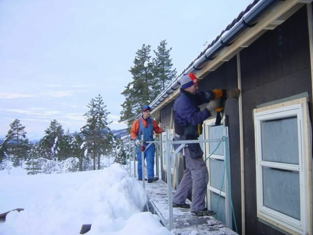Husbygging i vinterkulde, 8. januar 2004. Nordre boligfelt. Even Langli (borterst) og Olav Halgunset.