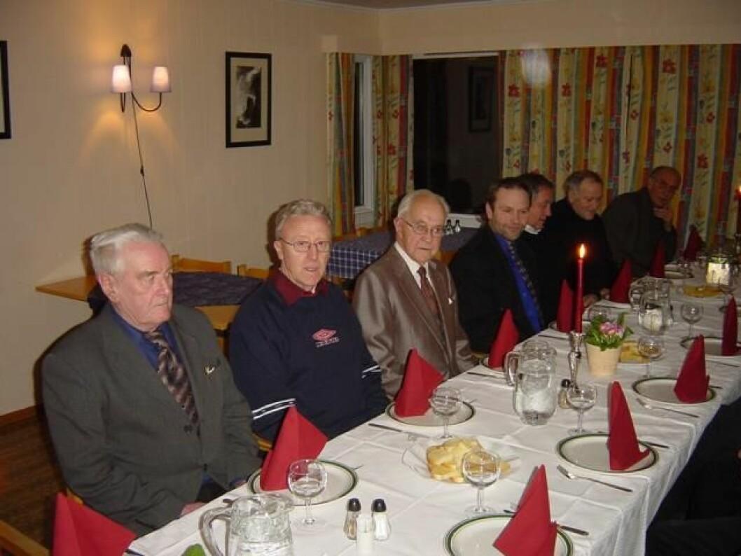 Bolme Pensjonat, 30. januar 2004. 25-årsetterlag for å mimre om NM på ski i Rindal i 1979. Fra venstre: Peder Heggem (ordfører i 1979), Olav Helgetun, Arvid Aasgaard, Marvin Røen, Inge Grøseth, Edvin Opøien og Odd Landsem.
