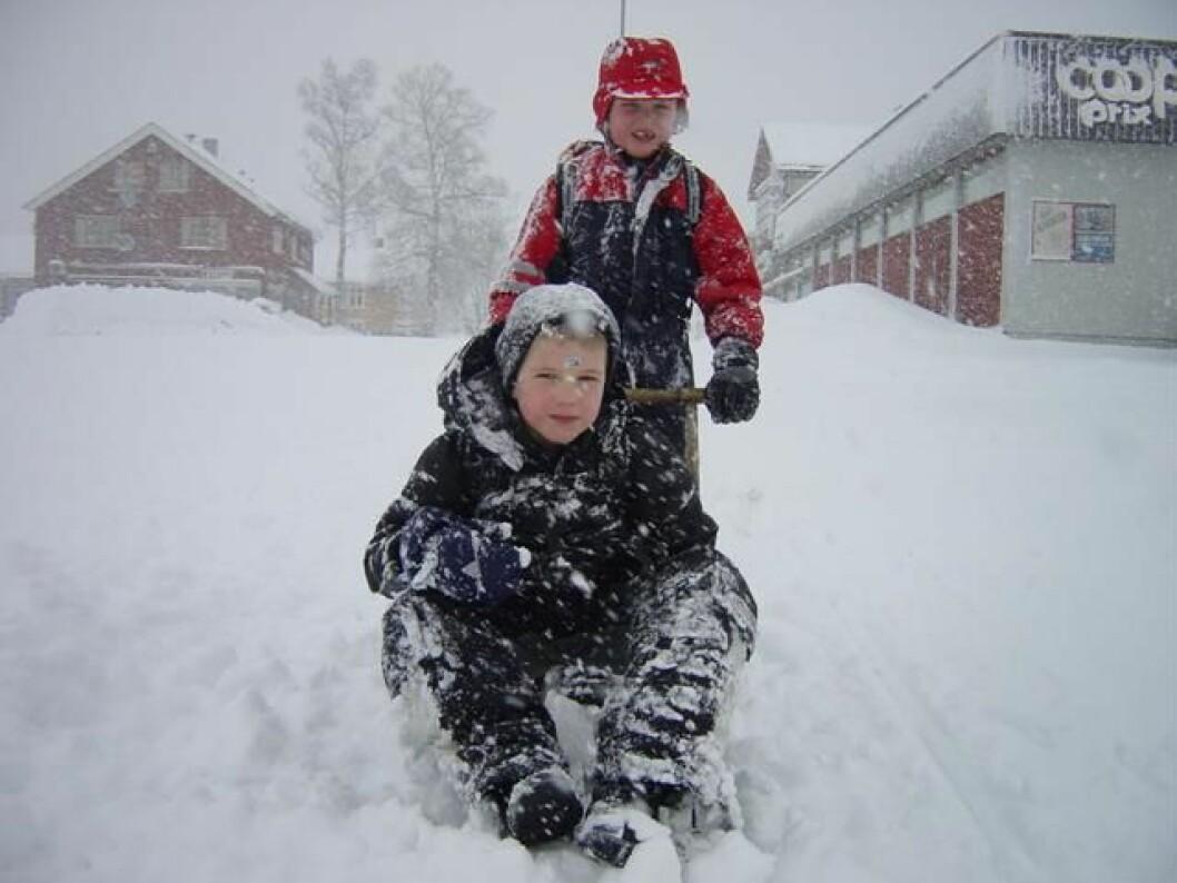 Godt gammeldags rindalsvintervær, 24. februar 2004. På vei hjem fra skolen på spark: Anders Ranheim (sittende) og Eirik Kjønsø Solvik.