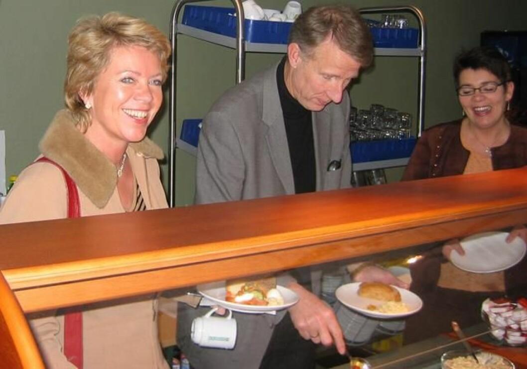 Valgkampår. Fra venstre Sp-leder Åslaug Haga, ordfører Ola T. Heggem (Sp) og varaordfører Hanne Tove Nerbu Baalsrud (Sp). Kantina på Rindal helsetun, 1. november 2004.