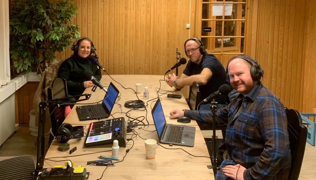 Eva S. Rønning (f.v.), Odd Inge Løfald, Øystein Hjelle Bondhus og Karstein Mauset (fotograf på dette bildet) var på plass i lokalene til T-Komponent Bygg AS da aller første episode av Trollheimsporten ble spilt inn.