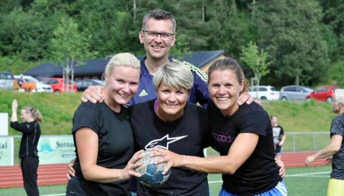 Trener John Magne Aasbø sammen med Malin ude Von Schantz, Åse Anita Mogstad og Vigdis Vedul Moen som spilte til inntekt for Demensforeninga i 2014