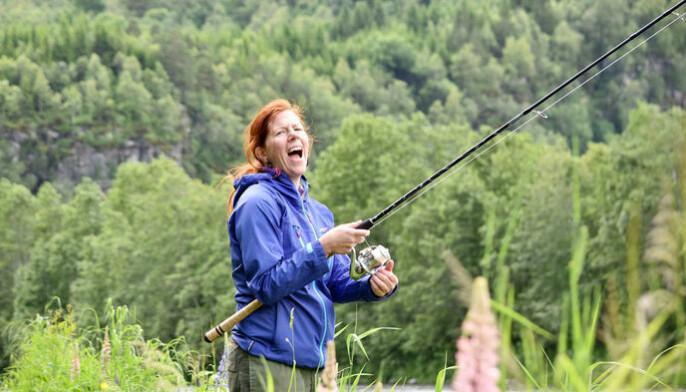 Lisa Forslund prøvde fiskelykken under fiskekonkurransen som ble arrangert for lokalpolitikere i 2019